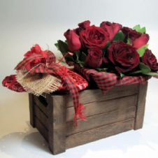 Red roses and a wooden heart in a wooden box / Κοκκινα τριαντάφυλλα και καρδιά μέσα σε ξύλινο καφάσι